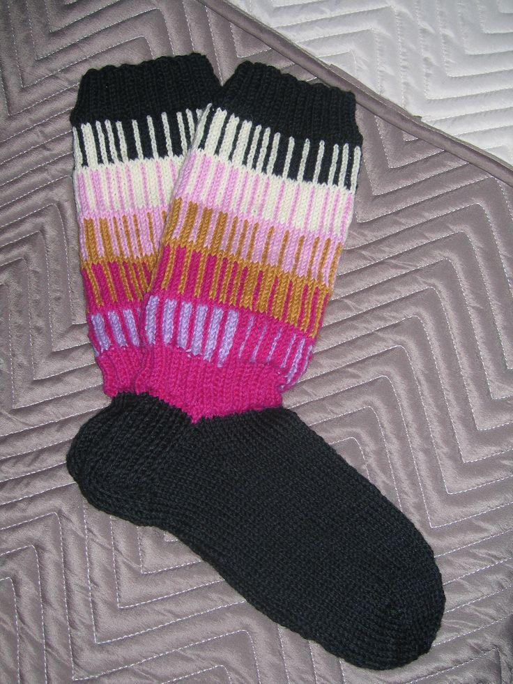 Jämälanka sukat kuudella eri värillä . ohje Novitan sukka lehdessä hieman muunnellen.