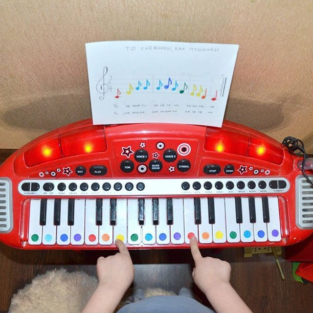 Мы тоже решили попробовать этот метод с цветными нотками. Не знаю как дело пойдет, но вроде пока заинтересовался. Делается очень просто. Отмечаем все ноты на клавишах цветами радуги. Ищем ноты с песенками для детей в яндексе. И все нотки раскрашиваем в соответствующий цвет. Пока сын всё осваивает, я вспоминаю всё пройденное в музыкальной школе Не помню ничего