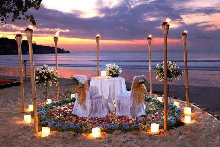So romantic: Romantic Beaches, Romantic Dinners, Wedding Ideas, Romantic Places, Candles Lit Dinners, Moon Miele, Bride Grooms Tables, Sweetheart Tables, Beaches Wedding