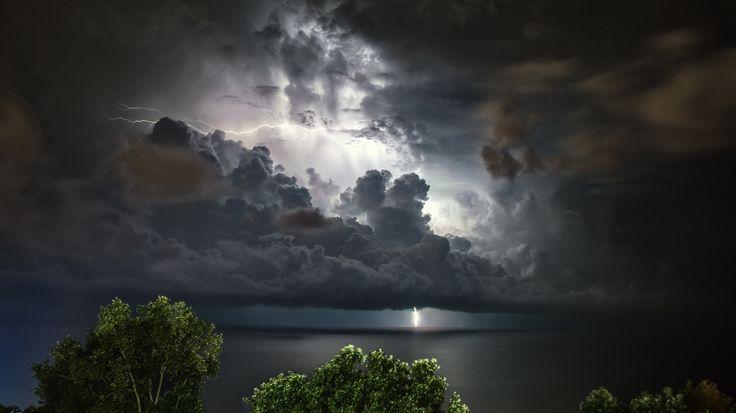 Автор фотографии - фотограф профессионал Александр Пругов (Alexandr Prugov). А из нашего окна гром и молния видна. Июльские грозы в Сочи. Город Сочи. , гроза, гром, молнии, ночь, фото, море, Пругов