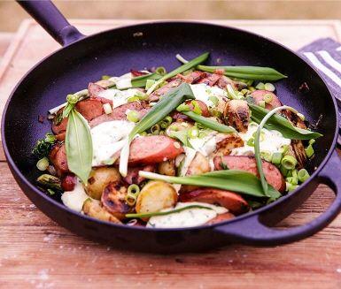 Daniel Lakatosz bjuder på somrig pyttipanna med grillad färskpotatis och kryddig korv. Lyft smakerna med en enkel ramslöksmajonnäs som du lagar själv från grunden. Ett perfekt recept med ramslök för dig vill prova denna svenska delikatess!