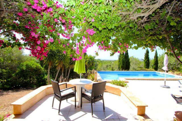 Aufgrund seiner ausgezeichneten Lage bietet dieses Mallorca Ferienhaus ohne Zweifel viel Privatsphäre. Ausgestattet mit Pool und Sonnenterrasse wird hier der Ferien-Aufenthalt zum Erlebnis