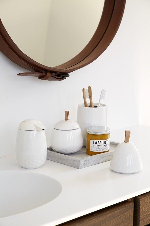 Kähler - Mellibi (krukke H95: 199, krukke H135: 329, tannbørsteholder H180: 329, såpedispenser H145: 399, toalettbørste H370: 499) fås også i grått.