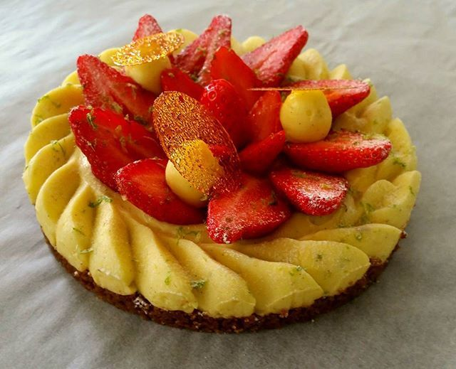 """Fraisier révisité.  revisited 'fraisier"""" #philippeconticini #conticini #pâtisserie #desserts #gateaux #cakes #pastry #vanilla #fleurdesel #fraise #strawberrie #creme #cream #creamy #mousse #mousseline"""