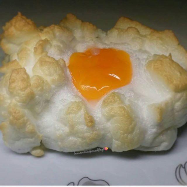 yumurtada yumurta köpük yumurta yapmaya ne dersiniz yapma şeklini bilirsen herkes yumurta sever tarif yumurtayı sarisini bozmadan ayirin.bir cimdik tuz ile mikserde yumurta akını 5 dakika çirpalim. yağlı kağıt serdiginiz fırın kabına çirpilan köpük yumurta akini koyalim orta kısmını biraz çukur yapalim yumurtanin sarisini bu çukura dikkatlice koyalim 180°C önceden isitilmis firinda 7 dakika pisirelim @mutfakgram ve @yumurtarocks eliminlezzeti✌ tunanincepmutfagi