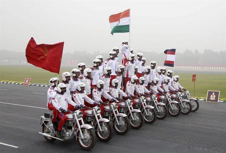 Soldados fazem pirâmide humana sobre motocicletas durante a celebração do Dia das Forças Armadas em Nova Délhi, na Índia - http://epoca.globo.com/tempo/fotos/2014/01/fotos-do-dia-15-de-janeiro-de-2014.html (Foto: EFE/Money Sharma)