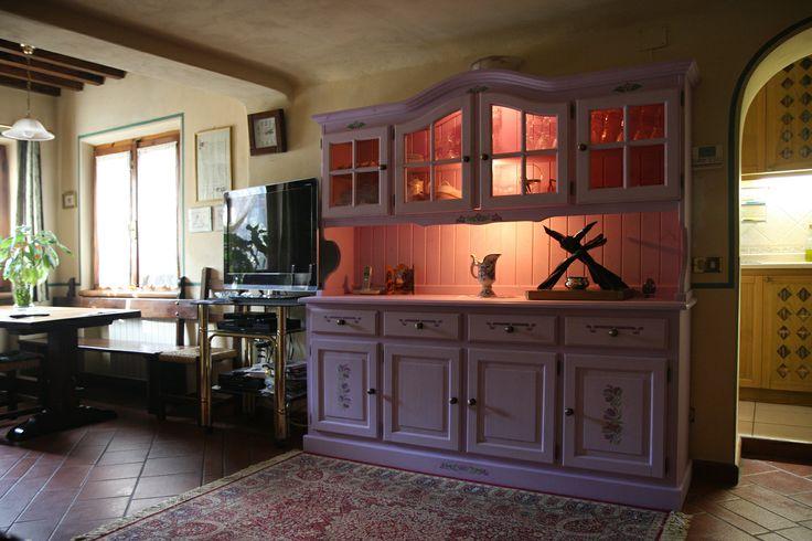 www.mobilificiomaieron.it - 0433775330. Soggiorno Mobilificio maieron. Particolare credenza 4 ante in legno massello con cornice sagomata decorata e color lilla.