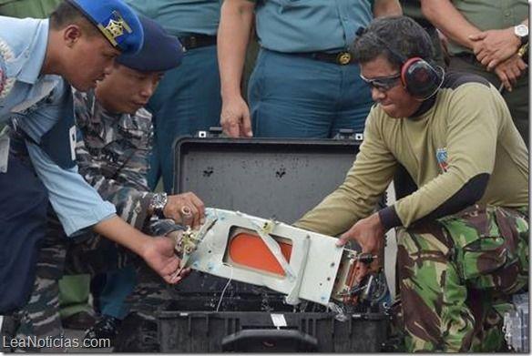 Logran rescatar una de las cajas negras del avión de AirAsia que cayó al mar - http://www.leanoticias.com/2015/01/12/logran-rescatar-una-de-las-cajas-negras-del-avion-de-airasia-que-cayo-al-mar/