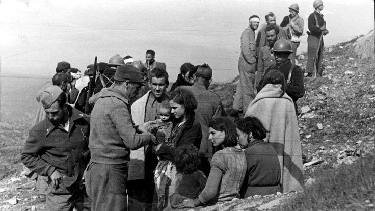 Soldados republicanos atienden a las mujeres e hijos de los guardias civiles a los que arrebataron el monasterio de Santa Maria de la Cabeza.