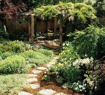 Kleiner Garten ist nicht schlimm. Einige schlaue Vorgehensweisen werden Ihnen helfen, Ihren Hof optisch zu vergrößern. Setzen Sie Farb- und Dekoakzente ein