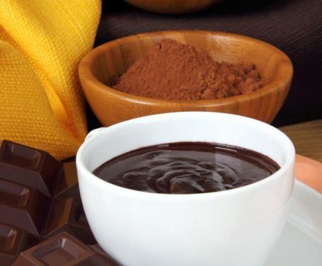 La crema al cioccolato fondente è molto golosa ed è particolarmente indicata per farcire torte semplici, come la paradiso o la margherita.
