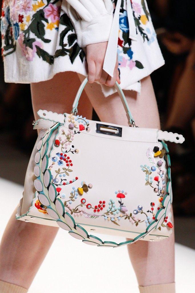 Bolsa branca com bordado feito à mão com flores, super tendência para 2017