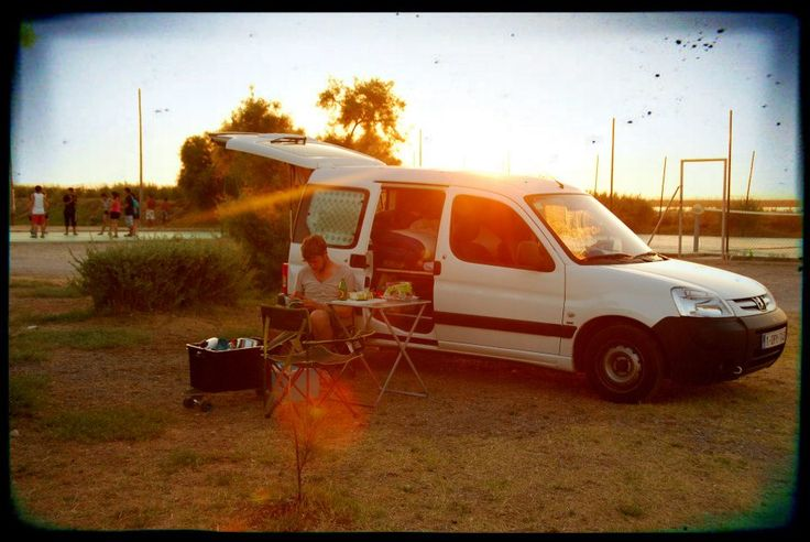 Van life - Peugeot partner converted into camper van with bed - mobile home for camping - www.daysontheroad.be