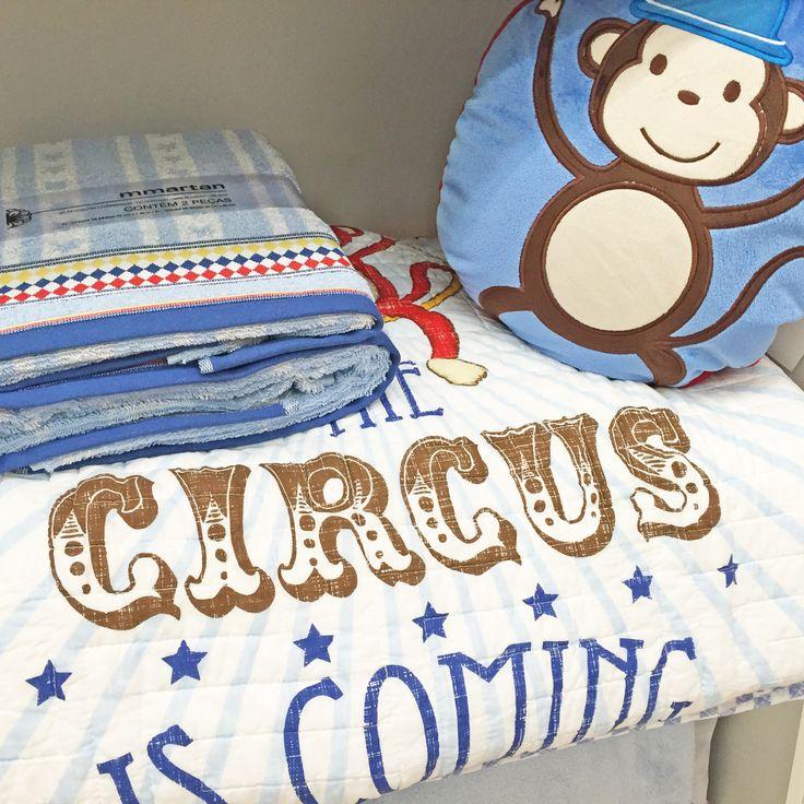 O quarto do bebê fica mais fofo com estes produtos da Mmartan do Shopping São José! O enxoval é composto por toalhas azuis, um lençol com tema de circo e uma almofada com um macaco bordado. Para deixar o berço lindo deste jeito, entre em contato com (41) 3058-0228.