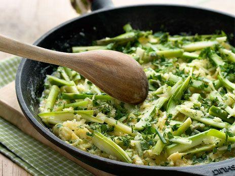 En omelett går snabbt och eneklt att laga. Lyxa till omeletten med färsk sparris.