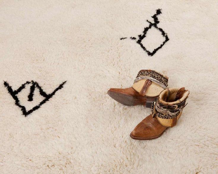 モロッコの最高級ラグ、ベニオワレンの「マリカ」。遊牧民である職人の女性たちの厳しくも豊かな人生を描き出す、濃密な織りとミニマルデザインが最大の魅力です。アトラス山の中腹に生息する羊の毛のみを使い、生成りを生かして織り上げます。柄はダークブラウンで。¥30,070から。  http://www.sukhi.jp/rectangle-malika-beni-ourain-rug.html #ベニオワレン #ラグ #モロッコ #インテリア #エシカルインテリア #エシカル #フェアトレード