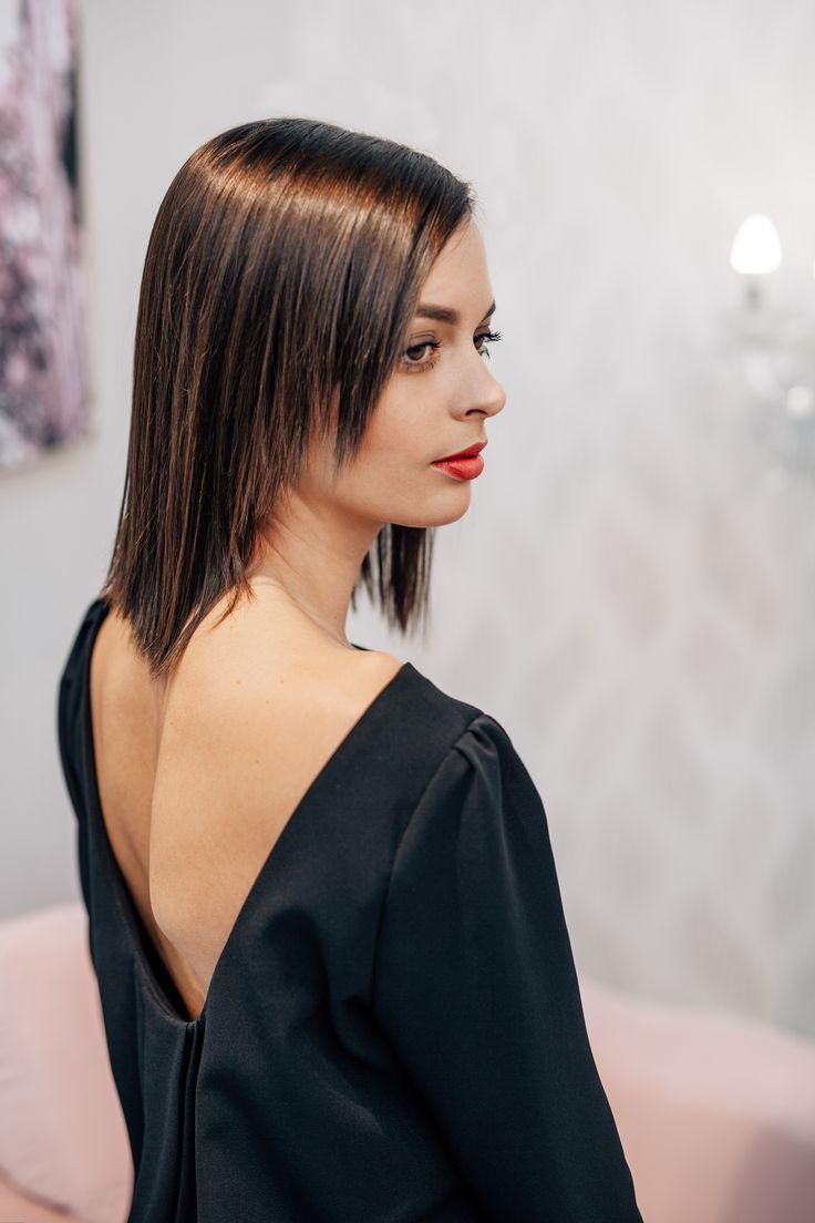 A-vonalú térdig érő ruha, minden alkaton kiválóan mutat. A hátán és vállán lévő hajtások egyedivé teszi viselőjét.