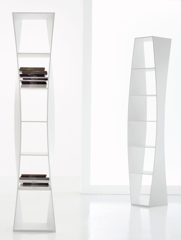 La libreria es muy particular en forma, es alto, blanco y moderna. Tiene seis estantes. Nosotros puedan poner solo alguno libros por que no es mucho espacioso.