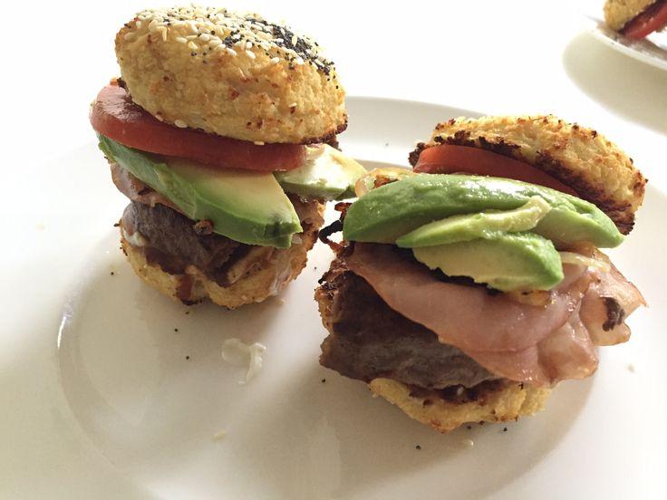 Primal hamburgers - belegd met hamburger, bacon, gebakken uiringen, avocado en tomaat