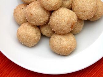 Indiai Rava Ladoo (búzadara golyók) recept: A Rava Ladoo egy indiai különlegesség, amit nagyon könnyű elkészíteni, és nassolni valónak, vagy akár bulikra édes finomságnak is kiváló! Egyszerűen mennyei! Próbáld ki! http://aprosef.hu/indiai_rava_ladoo_buzadara_golyok_recept