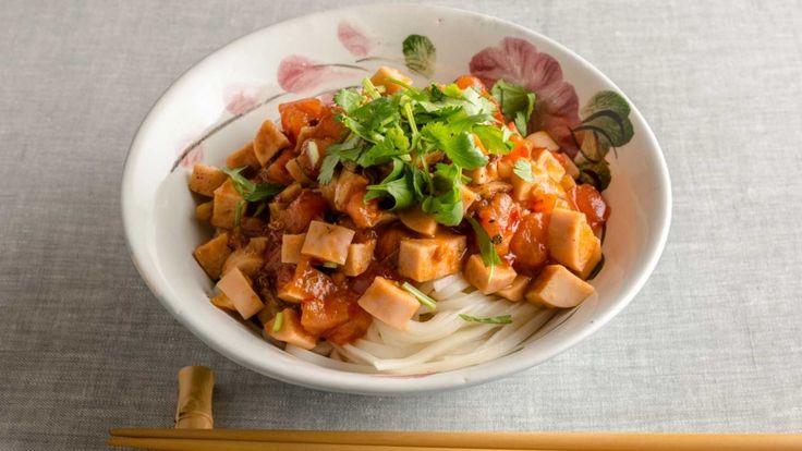 枝元 なほみさんの「汁なし トマトうどん」のレシピページです。細めのうどんを油そばのようなイメージで仕上げて、汁なしで。具に魚肉ソーセージを使った、お手軽・時短レシピ。焼きあごのうまみがおいしさを引き立てます! 材料: 細うどん、にんにく、魚肉ソーセージ、豆板醤、トマト、A、細ねぎ、ごま油