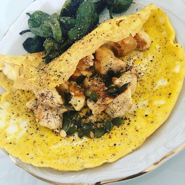 Omelett med kyckling och padrones. 🐤🍳🌶   Recept på bloggen ➡️👉➡️👉 https://ibscleaneatingblog.wordpress.com  #cleaneating #ibscleaneating #superfoods #ibs #träningsmat #träning #hälsosammat #hälsomat #fodmap #fitness #nogluten #nolactose #glutenfritt #laktosfritt #nollkolhydrater #nocarbs #proteiner #kyckling #lunch #middag #omelett #padrones #pimientosdepadron