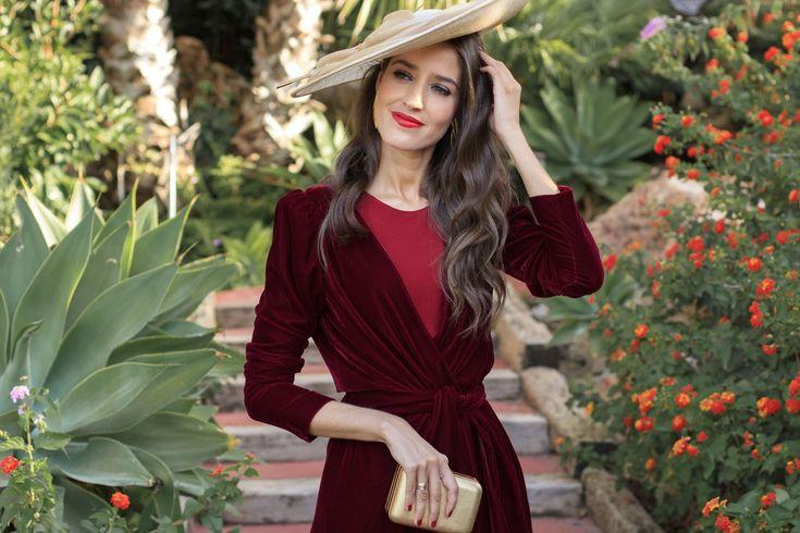 Look con diseño de ByHandel de dos piezas compuesto de vestido tubo en color rojo bermellón confeccionado en punto y un precioso abrigo granate de terciopelo de seda, mangas abullonadas y de corte…