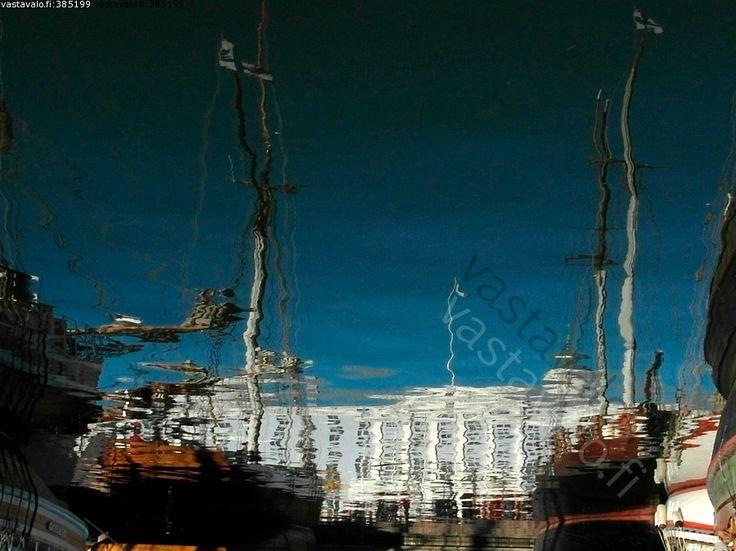 Merellinen kaupunki - meri vesi laivat rakennus heijastus taivas vääristymä mastot lippu kaupunkimaisema