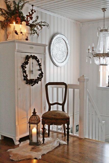 I år har vi en lett blanding av flere julestiler her hjemme,litt rustikk,litt glitter og stas,rødt,hvitt og go gammeldags jul....I dag s...