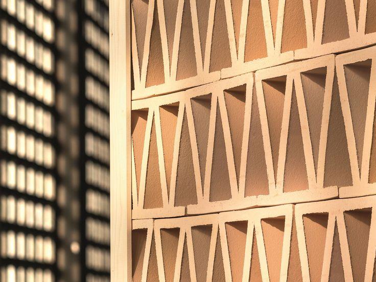 Cloison en terre cuite TIERRAS ARTISANAL LITTLE ROMAN Collection TIERRAS by MUTINA | design Patricia Urquiola