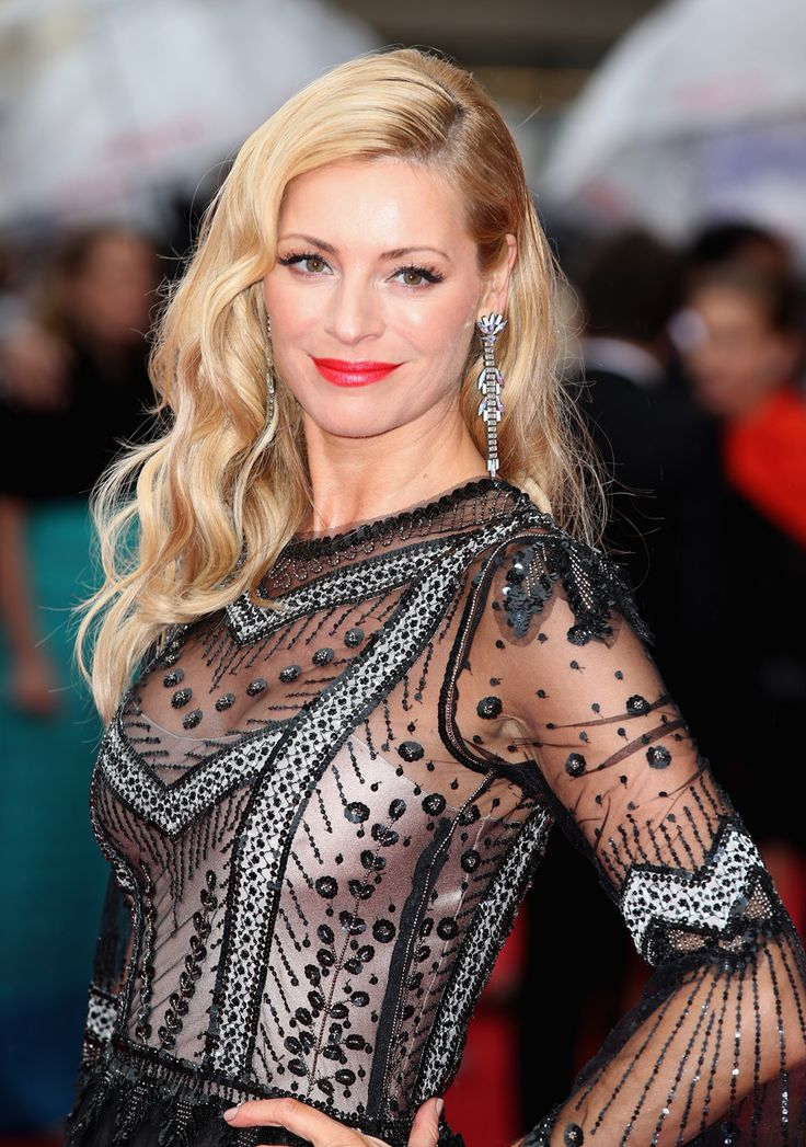 Traditional movie star waves by Tess Daly