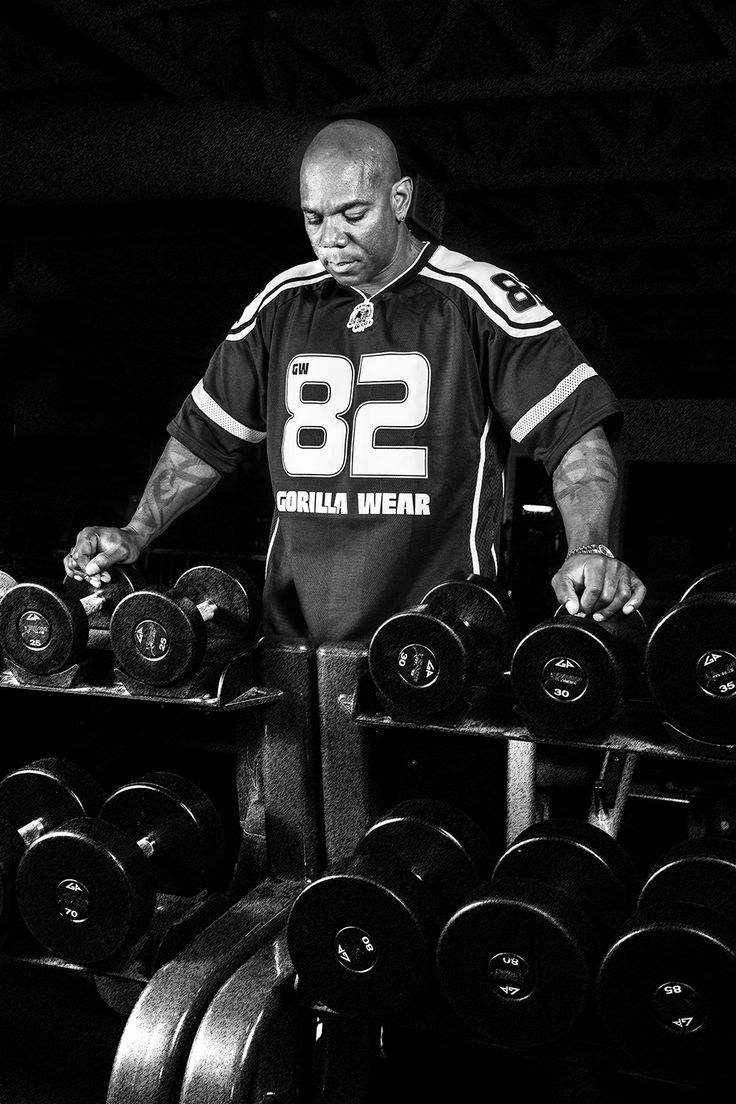 Gorilla Wear Athlete IFBB pro Flex Wheeler is wearing th Athlete T-shirt black/white.