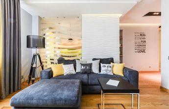 Másfél szobás lakás modern berendezése - sok fény sárga fehér és szürke a színpalettában álmennyezetbe szerelt világítás