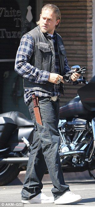 Charlie Hunnam returns to Sons of Anarchy set in leathers ...