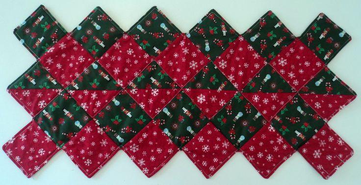 """Conjunto composto de 1 caminho de mesa + 4 capas para sousplat.    Tudo isso prá deixar sua mesa de Natal mais estilosa!    As capas são dupla face, você escolhe qual lado usar e, não vão """"brigar"""" com o caminho de mesa pois, o mesmo é feito com os mesmos tecidos.    O caminho de mesa também é dup..."""