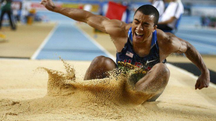 atleta estiloso saltando