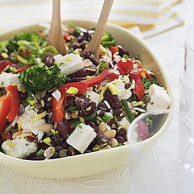 Merjas bean salad (recipe in Swedish) Ingredients 4 servings 400 g of cooked beans, for example, soya beans, black eye beans or black beans, kidney beans 200g broccoli  100 g green beans, chopped 10 cm leek, finely chopped 1 snack peppers, shredded 0.5 dl capers 200g feta cheese, diced or crumbled 1 cup fresh oregano or basil, chopped any salt vinaigrette: 0.5 cup olive oil 2 tasp white balsamic vinegar 2 cloves garlic, peeled, pressed 0.5 tesp salt flakes 0.5 tesp black pepper