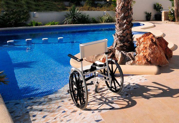 #Aangepast zwembad met speciale helling voor de #rolstoel zodat er zo het zwembad ingereden kan worden. Het aangepaste #vakantiehuis, Villa Xenofilia V, is speciaal gebouwd voor de ontvangst van rolstoelers.