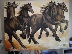 Meerdere schilderijen op doek.