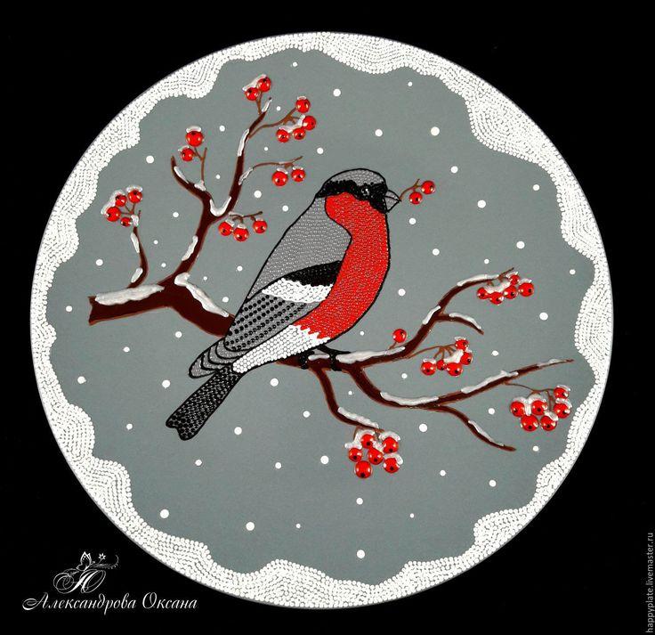 Купить или заказать Декоративная тарелка 'Снегирь' в интернет-магазине на Ярмарке Мастеров. Декоративная тарелка 'Снегирь'. Прекрасный подарок в зимний период, особенно в предстоящие новогодние и рождественские праздники. Эта жизнерадостная птичка хорошо будет смотреться в любом интерьере и на кухне, и в комнате, и в загородном доме. Работа выполнена в технике Point-to-Point. Роспись выполнена на керамической тарелке серого цвета акриловыми контурами.