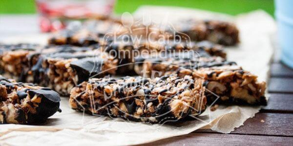 Dieser Low Carb Müsliriegel ist besonders crunchy, mit Schokolade verfeinert und mit lecker knackigen Mandeln & Nüssen