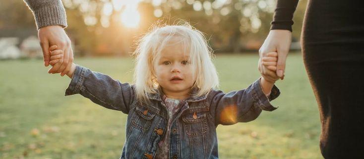 ребенок идёт за ручку с мамой картинки: 10 тыс изображений ...