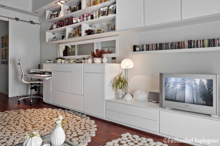 Capacidad, orden y estética en un solo conjunto y con un opjetivo común, integrar estudio libreria y mueble servicio de mesa y mueble comedor en uno. Máxima conseguida! Estética laca mate blanca.