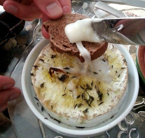 Camembert uit de oven met knoflook en tijm