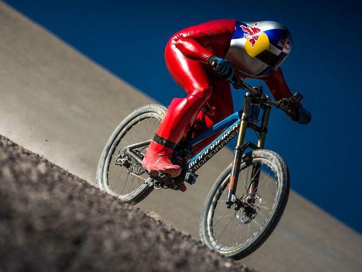 Alcanzó los 167 km por hora a bordo de su bicicleta y estableció un nuevo récord mundial