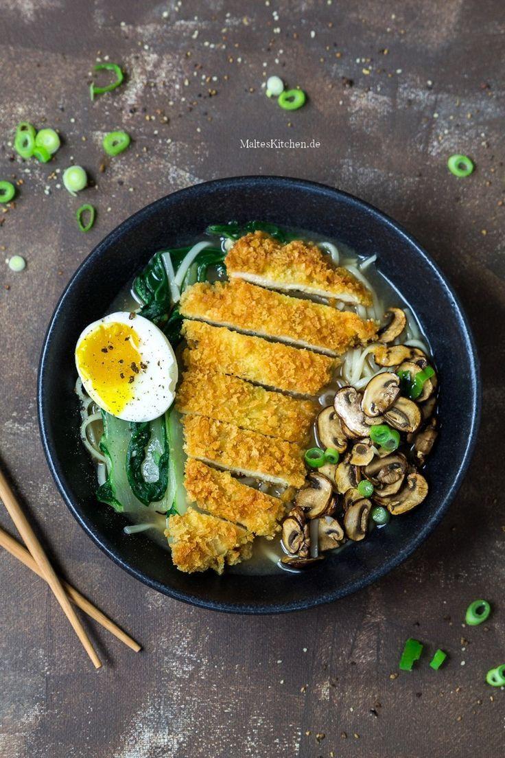Hühnersuppe mit Udon-Nudeln, Pak Choi, Champignons, knusprigem Schnitzel und Ei | malteskitchen.de