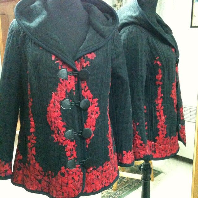 #Chaqueta con capucha de polar y tul con aplicaciones de tela roja reciclada  #otoño #fall #Winter #Invierno #fashion #moda #magallanes #puq #patagonia #puntaarenas #instapuq #instafashion #instachile #chile #jacket #PlusSize