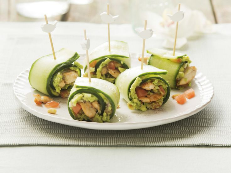 Komkommerrolletjes met kip en avocado