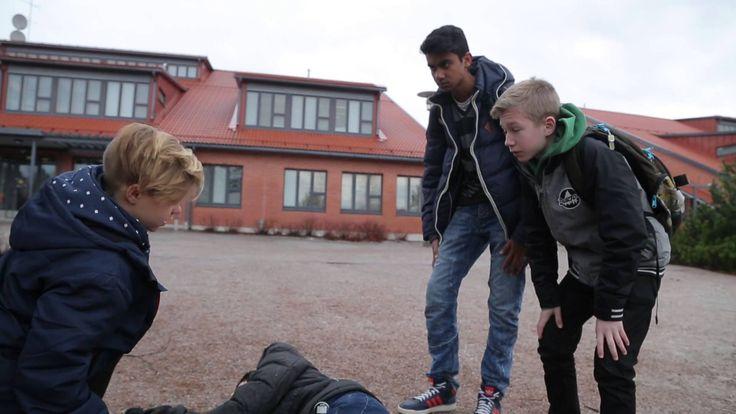 NouHätä!-pelastustaitokampanjan opetusvideo loukkaantuneen auttamisesta. Tietoa heräämättömän, hengittävän henkilön auttamisesta ja hätänumeroon soittamisest...