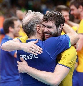 Bernardinho e Bruninho comemoram a conquista do ouro (Foto: Mark Kolbe/GettyImages)